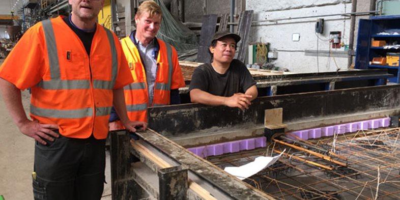Kenth Jensen, Platschef på Skandinaviska Byggelements fabrik i Hallsberg diskuterar arbetsmiljö med Thomas Olsson chef Produktionsstöd på Peab PGS samt Kaw Thaw Htoo La Zum, Skyddsombud Hall 2.