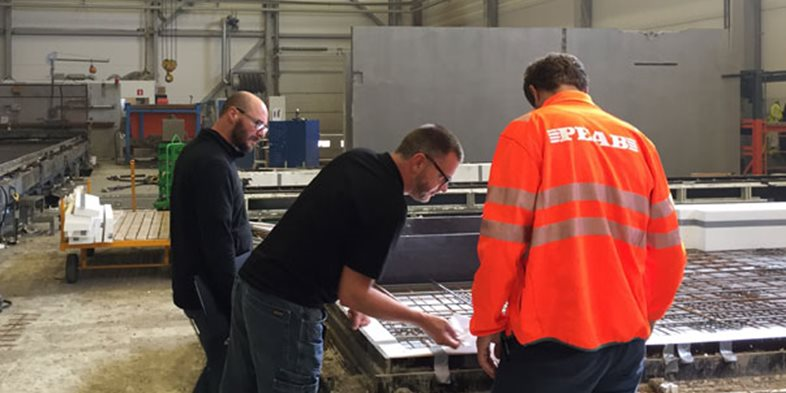Jesper Strandberg, Arbetschef från Peab PGS besöker Skandinaviska Byggelements fabrik i Hallstahammar. Andreas Juhlin, Platschef och Tommy Gustafsson, Produktionsledare visar runt i fabriken.