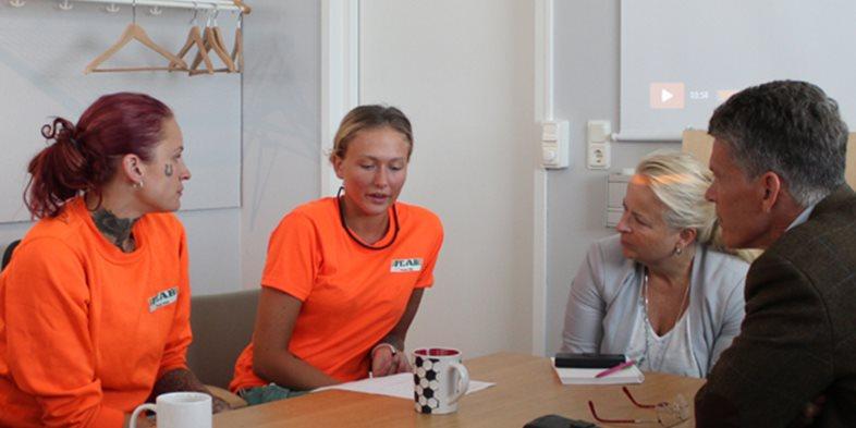 Projektchef Kjell Andersson från Skandinaviska Byggelement och Kajsa Jacobsson, presschef på Peab AB, deltog i dialogsamtalen hos Peab PGS. Här med Allis Johansson och Jannike Dahlqvist som arbetar med tillverkning av ytterväggar.
